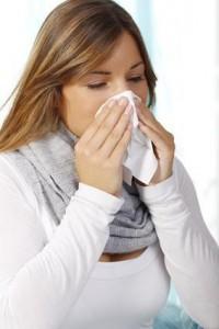 Zäher Schnupfen und eine verstopfte Nase sind erste Symptome einer Sinusitis.