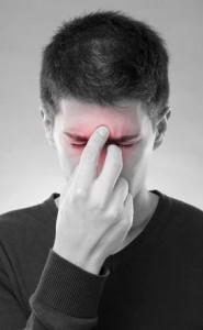 Bei einer Sinusitis sind die Nasennebenhöhlen entzündet. Die Erkrankung kann akut sein oder chronisch verlaufen.