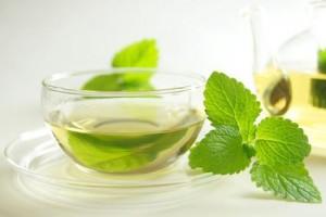 Tee aus Salbei, Kamille oder Fenchel sind wohltuend bei Sinusitis.
